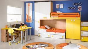 Двухъярусная кровать в детской комнате для двоих детей