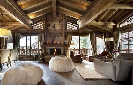 Гостиная шале с белыми меховыми пуфами