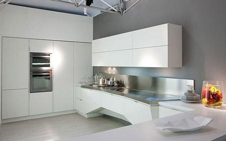 Однотонные стены в кухне хай тек