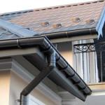 Монтаж пластиковых и металлических водостоков для крыши своими руками