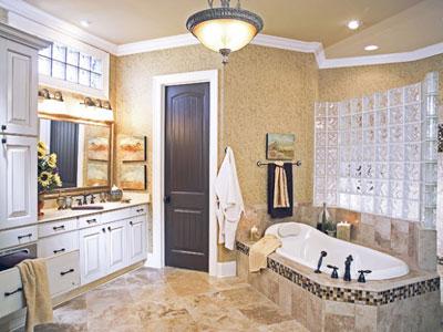 Большая ванная комната с зеркалом
