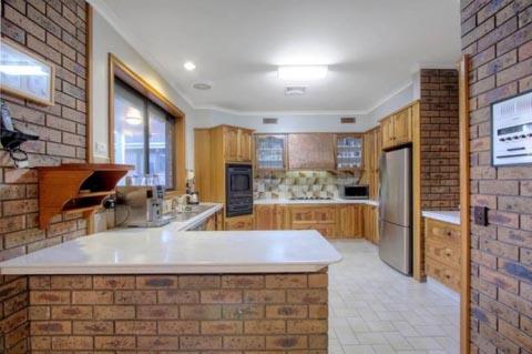 Вставки искусственных камней на кухне