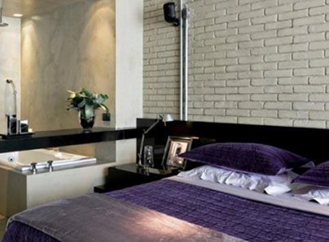 Спальня с искусственными камнями