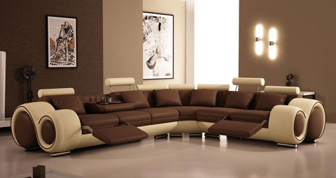 Коричневый кожаный диван в интерьере гостиной