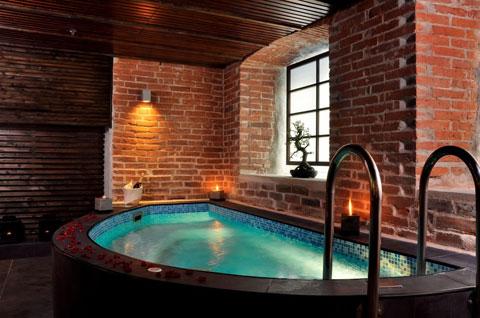 Кирпич в интерьере ванной с бассейном