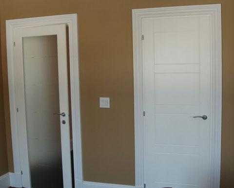 Белые двери межкомнатные массив и стекло