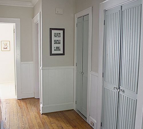Встроенный шкаф с распашными дверями в прихожей