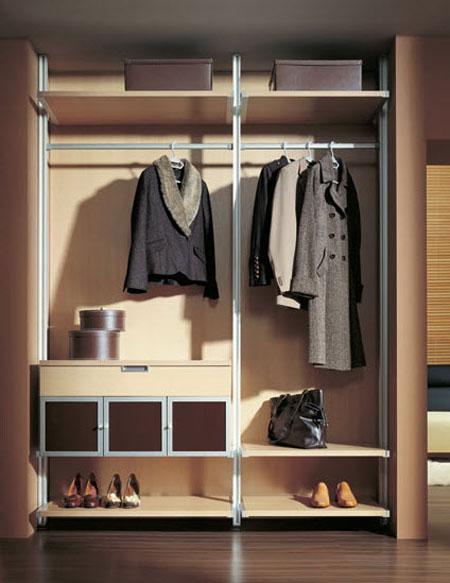 Встроенный шкаф в прихожую может иметь различные системы хранения
