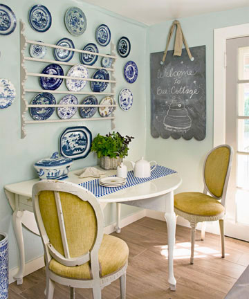 украшение обеденной зоны кухни с помощью декоративных тарелок
