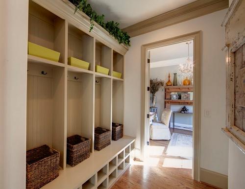 Шкаф с открытыми полками в прихожей  - интересный элемент дизайна