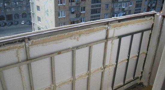 Монтаж каркаса на балконе перед обшивкой вагонки