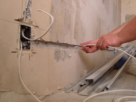 Прокладывание проводки на лоджии с помощью штроб