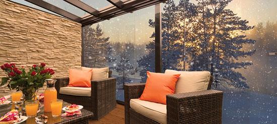 На балконе с финским остеклением можно организовать красивое жилое пространство