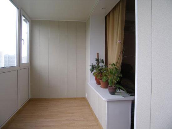 Потолочные и напольные плинтуса на балконе