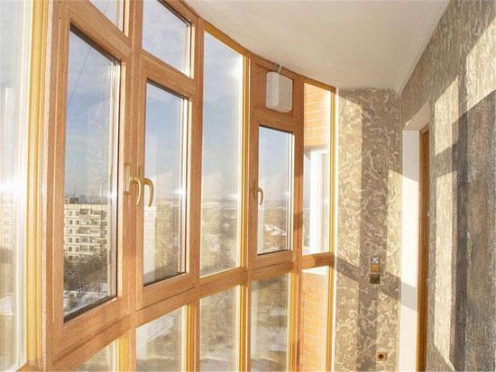 Остекление балкона деревом позволит защитить лоджию от ветра и пыли