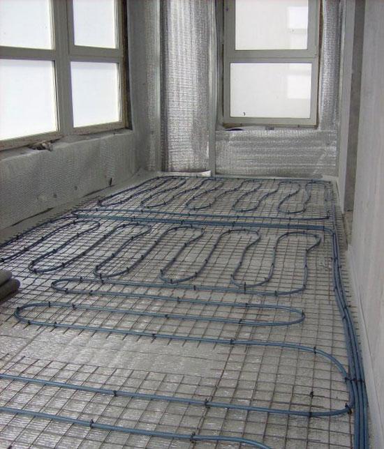 Теплый пол на балконе представляет собой трубопровод, сквозь который циркулируется теплая вода