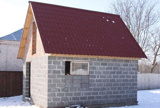 баня из пеноблоков с крышей из металочерепицы