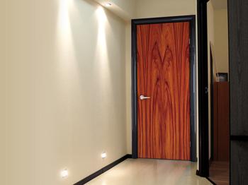 Современная дверь с отделкой ламинатом