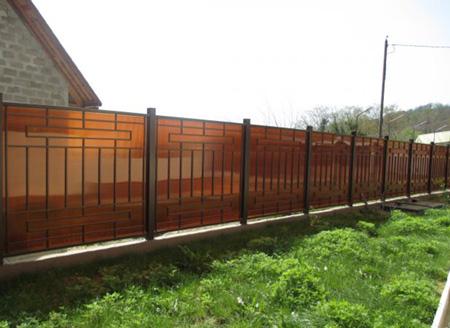Желтый забор из поликарбоната