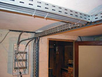 Металлические кабель-лотки на потолке