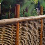 Оригинальные плетеные заборы на даче: как сделать самому