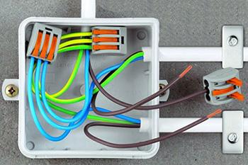 Клеммники для соединения проводов в распределительной коробке