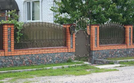 Забор из кирпича и поликарбоната