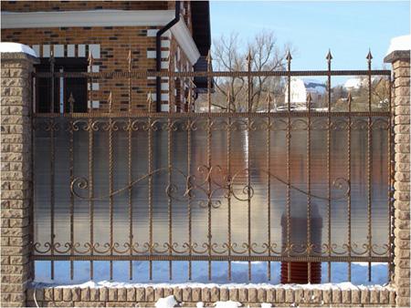 Забор из поликарбоната с ковкой
