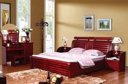Мебель из красного дерева в спальне