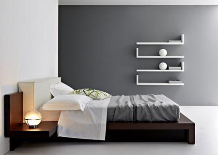 Навесные полки в спальне