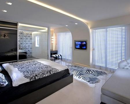 Оригинальный потолок в черно-белой спальне