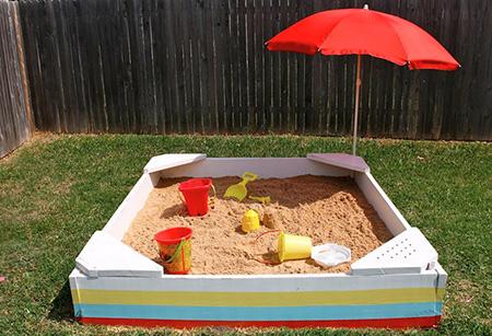 Песочница с сиденьями и зонтиком от солнца