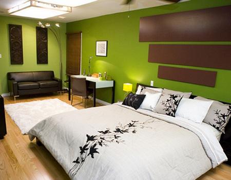 Добавление коричневого в зеленой спальне