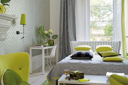 Серый с зеленым в спальне