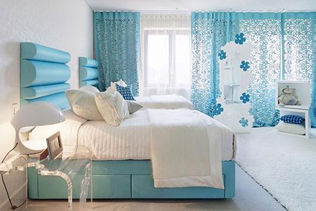 Сочетание белого с голубым в спальне