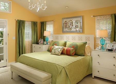Сочетание зеленого с персиковым в спальне