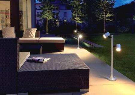Невысокие светодиодные светильники на невысоких столбах
