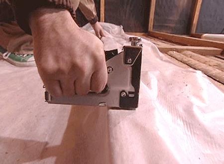Крепление пароизолятора степлером