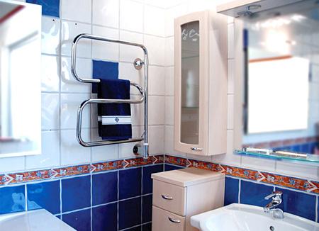 Водяной полотенцесушитель в интерьере ванной