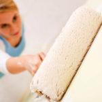 Так ли необходима грунтовка стен перед поклейкой обоев: как и чем грунтовать