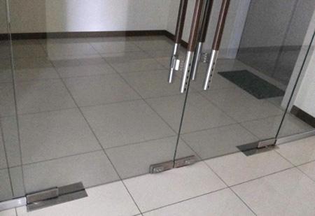 Нижнее крепление на стеклянной двери