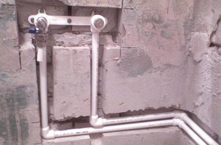 Маскировка труб в стене