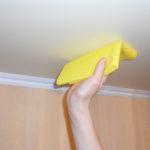 Как легко мыть натяжной потолок без разводов: приемы и секреты