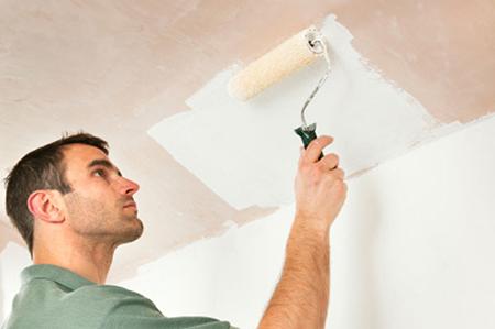 Покраска потолка акриловой краской валиком